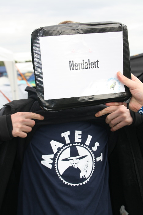 src: http://shirt.nerdalert.de/post/8740211294/club-mate-meets-guy-fawkes-maske-aus-v-wie